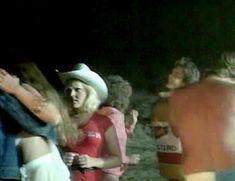 Дебра Бли показала голую грудь в фильме «Пляжные девочки» фото #4