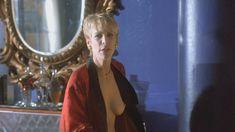 Джейми Ли Кёртис засветила грудь в фильме «Мамины дети» фото #2
