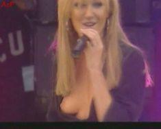 Красотка Дженни Фрост засветила грудь во время концерта Atomic Kitten фото #2