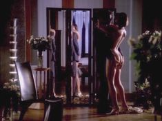 Голая Джоан Северанс в сериале «Дневники «Красной туфельки»» фото #7