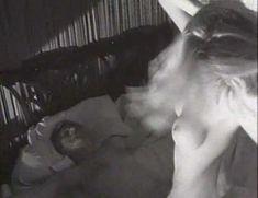 Голая Джози Биссет в фильме «Убийство по-американски» фото #7