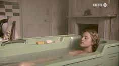 Голая Зои Таппер в сериале «Двадцать тысяч улиц под небом» фото #9