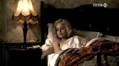 Голая Зои Таппер в сериале «Двадцать тысяч улиц под небом» фото #17
