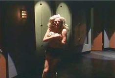 Кейт Лайбен засветила грудь в сериале «Шоу Криса Айзека» фото #1