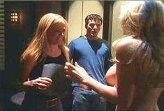 Кейт Лайбен засветила грудь в сериале «Шоу Криса Айзека» фото #3