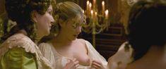 Кирсти Освальд показала голые сиськи в фильме «Версальский роман» фото #1