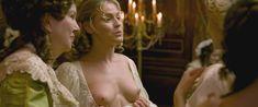 Кирсти Освальд показала голые сиськи в фильме «Версальский роман» фото #2