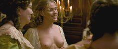 Кирсти Освальд показала голые сиськи в фильме «Версальский роман» фото #3