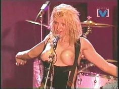 Голая грудь Кортни Лав на видео Hole Concert In Sydney фото #2