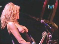Голая грудь Кортни Лав на видео Hole Concert In Sydney фото #3