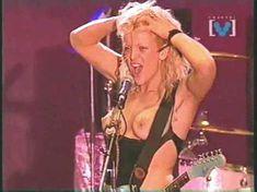 Голая грудь Кортни Лав на видео Hole Concert In Sydney фото #4