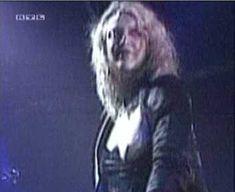 Голая грудь Кортни Лав на видео Hole Concert In Sydney фото #8