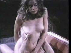 Абсолютно голая Кристин ДеБелл сосёт член в фильме «Алиса в стране чудес» фото #1