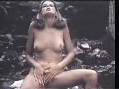 Абсолютно голая Кристин ДеБелл сосёт член в фильме «Алиса в стране чудес» фото #5