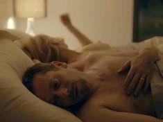 Красотка Леа Дрюкер показала голую грудь в фильме The Blue Room фото #4