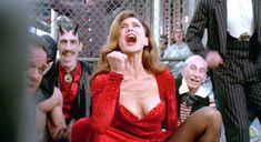 Лена Олин показала голую грудь в фильме «Ромео истекает кровью» фото #2
