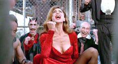Лена Олин показала голую грудь в фильме «Ромео истекает кровью» фото #3