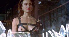 Лена Олин показала голую грудь в фильме «Ромео истекает кровью» фото #4
