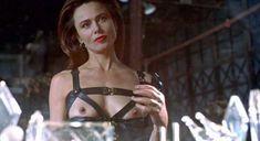 Лена Олин показала голую грудь в фильме «Ромео истекает кровью» фото #5