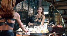 Лена Олин показала голую грудь в фильме «Ромео истекает кровью» фото #6