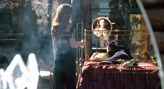 Лена Олин показала голую грудь в фильме «Ромео истекает кровью» фото #7