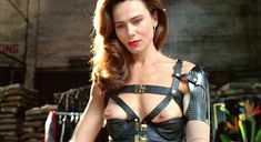 Лена Олин показала голую грудь в фильме «Ромео истекает кровью» фото #8