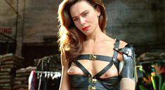 Лена Олин показала голую грудь в фильме «Ромео истекает кровью» фото #9