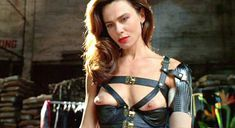Лена Олин показала голую грудь в фильме «Ромео истекает кровью» фото #10