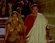 Засвет сосков Леонор Варела в сериале «Клеопатра» фото #50