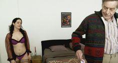 Полностью голая Летиция Фавар в фильме «Сексуальные хроники французской семьи» фото #1