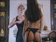 Страстная Лиза Мари Скотт оголила грудь и попу в фильме «Две опасные леди» фото #4