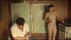 Лили Тейлор в прозрачном лифчике в фильме «Фактотум» фото #3