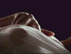 Голая Мелинда Кларк в фильме «Слияние двух лун 2. Возвращение» фото #1
