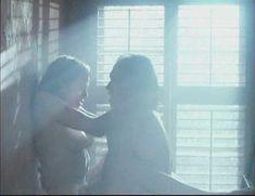 Голая Мелинда Кларк в фильме «Слияние двух лун 2. Возвращение» фото #9