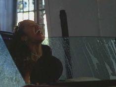 Мета Голдинг засветила грудь в фильме «Тихие дни в Голливуде» фото #3