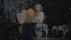 Минди Робинсон засветила голую грудь в фильме «Призраки дома Уэйли» фото #1