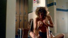 Мишель Бауэр засветила голую грудь в фильме «Студентки в кегельбане беса» фото #6