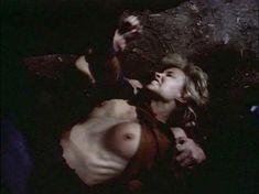 Моник Габриэль засветила голую грудь в фильме «Ловчий смерти 2. Битва титанов» фото #3