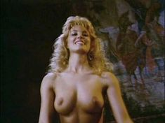 Моник Габриэль засветила голую грудь в фильме «Ловчий смерти 2. Битва титанов» фото #5