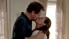 Страстная Мора Тирни засветила голую грудь в сериале «Любовники» фото #5