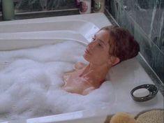 Сексуальная Мэриам д'Або засветила голую грудь в фильме «Американские любовники» фото #1