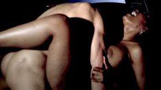 Сексуальная Наоми Банкс снялась голой в сериале «Секс-хроники» фото #28