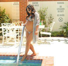 Беременная Ким Кардашьян в купальнике возле бассейна фото #5