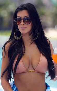 Ким Кардашьян на яхте в Майами фото #3