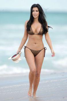Аппетитные формы Ким Кардашья фото #6