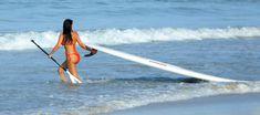Ким Кардашьян в бикини занимается серфингом фото #1