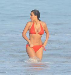Ким Кардашьян в бикини занимается серфингом фото #6