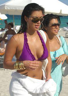 Возбуждающая Ким Кардашьян на пляже Майами фото #4