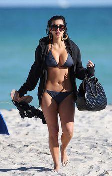 Ким Кардашьян в темно-синем бикини в Майами фото #2