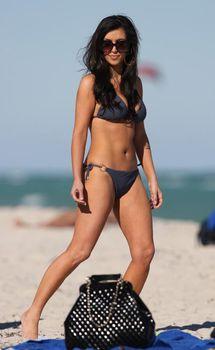 Ким Кардашьян в темно-синем бикини в Майами фото #3